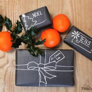 gaveindpakning-med-sort-gavepapir-og-chalk-marker-ligner-tavler-og-kridt