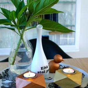opstilling-med-lysestager-vase-og-pynt