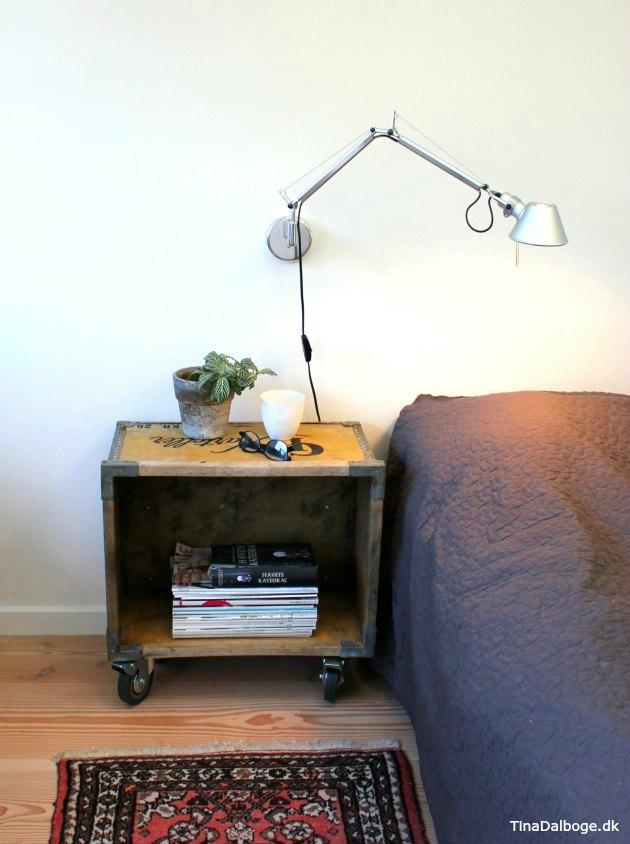 Gammel trækasse med møbelhjul under - brugt til sengebord