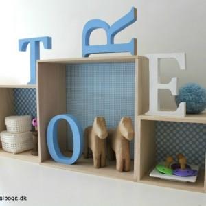 billige-bogkasser-fra-Tina-Dalboges-Kreahobshop-her-med-bogstaver-på-et-boernevaerelse
