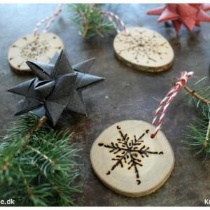 hjemmelavet-julepynt-iskrystaller-braendt-med-elbraender-ned-i-traeskiver