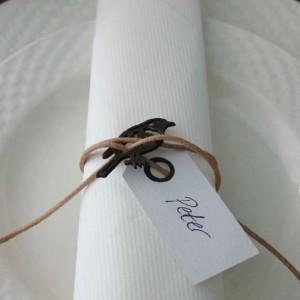 bordkort med fugl og lædersnøre i naturlook