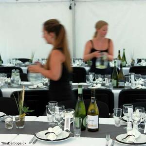 Grå gråbrun bordløber brugt som bordpynt på et festbord fx til en konfirmation, fødselsdag, bryllup eller barnedåb