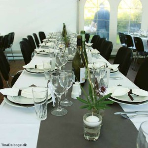 Bordløber i grå gråbrun til bordpynt til fester fx konfirmation, bryllup eller barnedåb