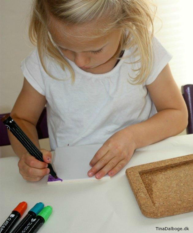 DIY hjemmelavet gave som børn kan lave bordskåner i kork og porcelæn