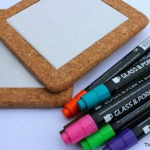 bordskåner i kork og porcelæn børn kan male på med tuscher til kreative gaver