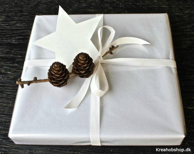 gaveindpakning i blank hvidt papir med stjerne og hvidt bånd fra kreahobshop