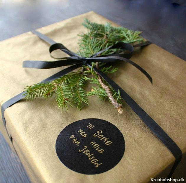 indpakning julegaver i sort og guld med grønt papir bånd og guldtusch fra kreahobshop