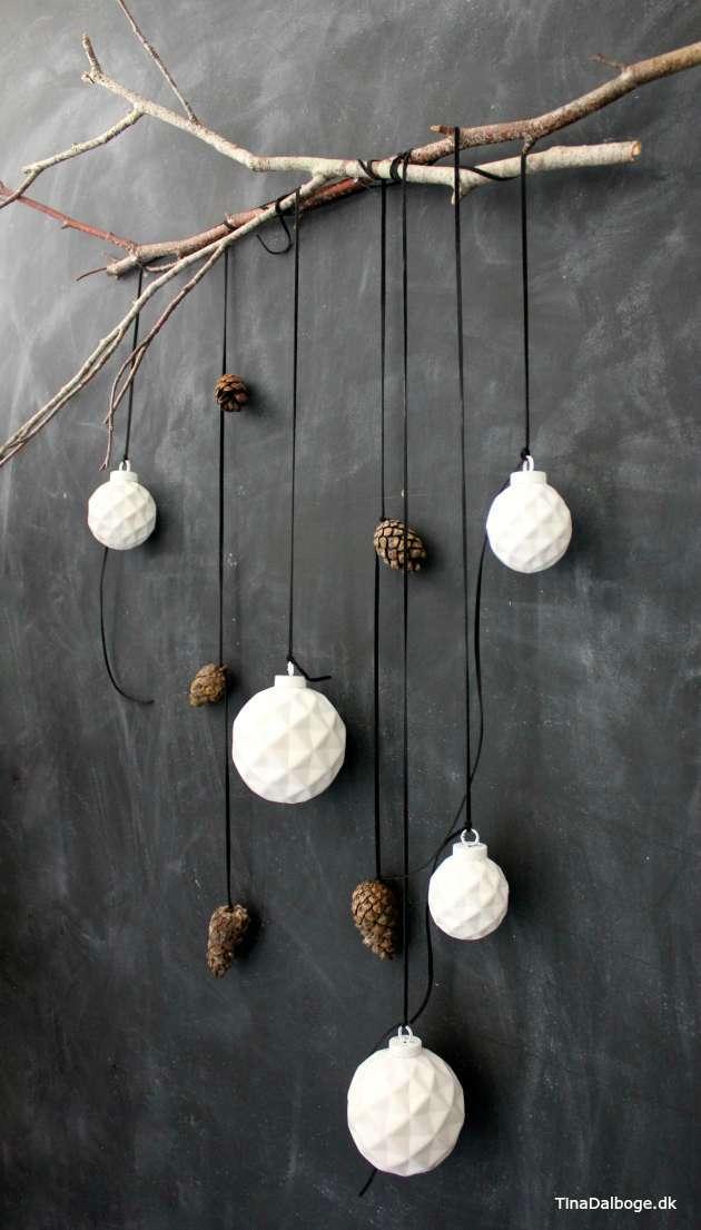 julekugler kogler og lædersmøre på gren som råt julepynt