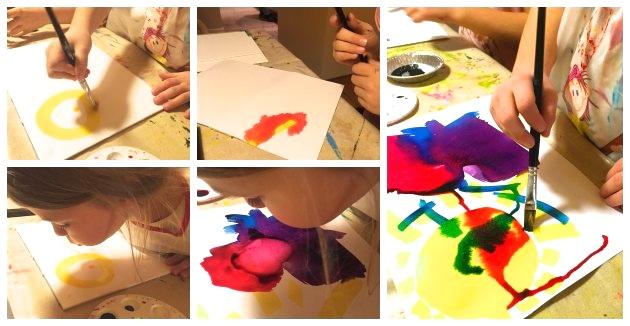 børn maler med flydende akvarel og laver billeder til gaver