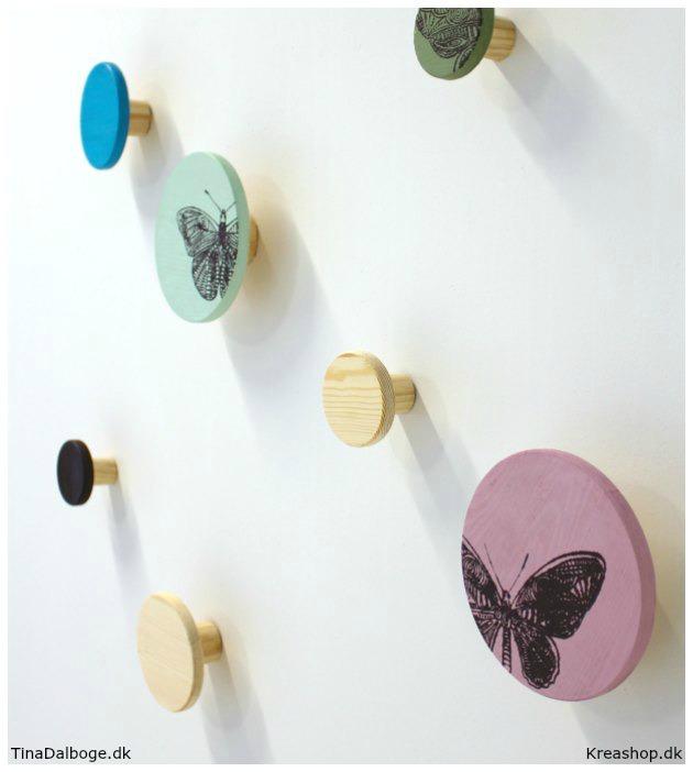 Små og store knager, i forskellige farve til at dekorer væggen med