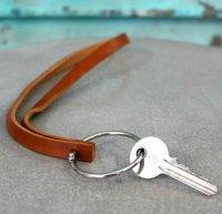 lav en keyhanger af læderbånd og bogringe