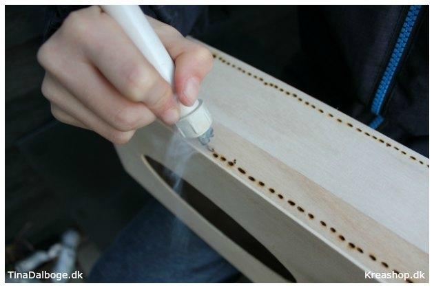 braend-forskellige-moenstre-i-trae-ved-at-bruge-en-elbraender