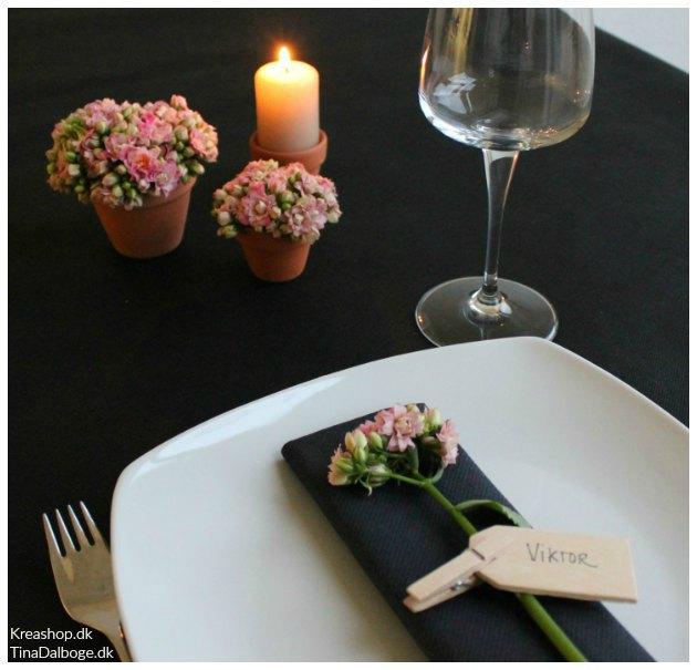 borddækning til konfirmation med sort dug og blomster