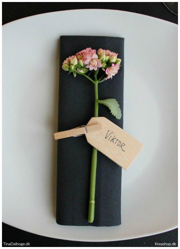 bordkort med blomster sort dug og servietter