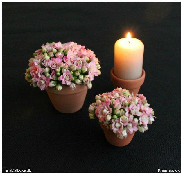bordpynt med blomster og sort dug der er god til fester i telt